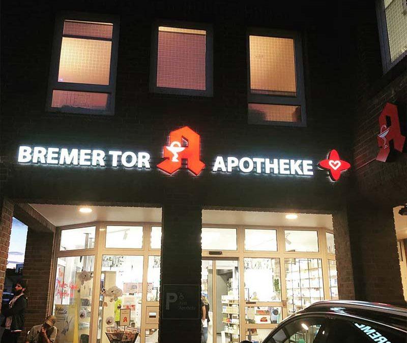 Aussenwerbung. - Bremer Tor Apotheke - Lichtreklame | ARTKURAT ® Werbeagentur - Bremen, Delmenhorst, Oldenburg | Kreativ im Detail.